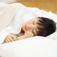 美肌や美容に大切な良質な睡眠をとる女性