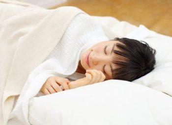 しわ予防のために質の良い睡眠を取る女性