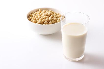 イソフラボンを含む大豆と豆乳でデコルテのニキビを予防