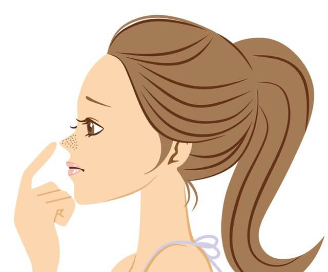 毛穴の黒ずみの原因を考える女性