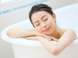 乾燥肌やインナードライ肌対策のためにお風呂で身体を温めている女性
