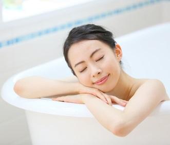パパイン入りの入浴剤を入れたお風呂で入浴する女性