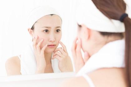 エイジングケアで予防美容を行う女性
