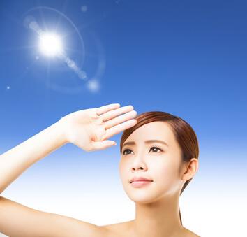 紫外線を避ける女性