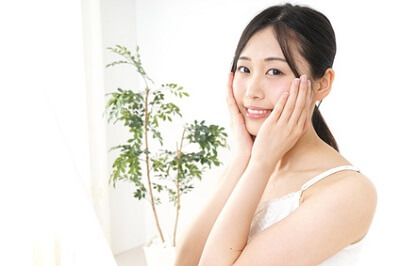 保湿成分のヒアルロン酸に興味を持つ女性