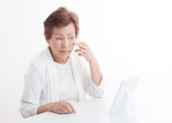 ゴルゴラインの前兆のタルミ毛穴に悩む女性