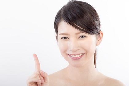 唇のシワ対策を行う女性