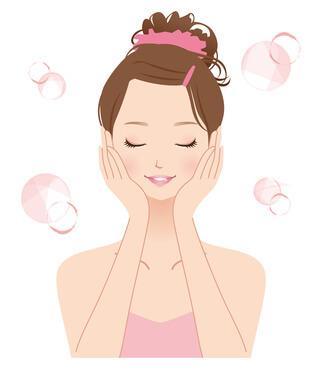 風呂上り保湿で乾燥対策する女性