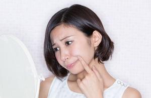 お肌の変化に悩む女性