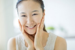 化粧水の効果を理解して的確な使い方をする女性