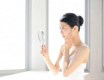 保湿クリームなどにより、エイジングケアに成功している女性