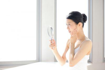 スキンケアで改善しない乾燥肌の女性
