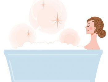 湯船に浸かって顔冷え対策する女性