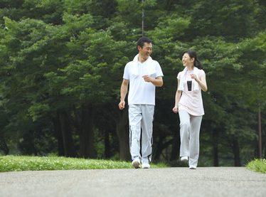 散歩する男女