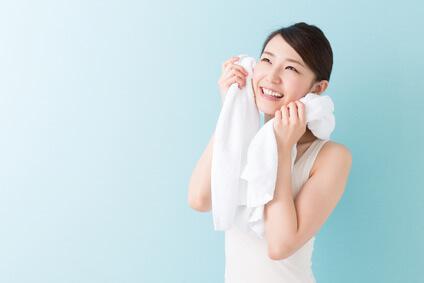 パパイン配合酵素洗顔料を使った女性
