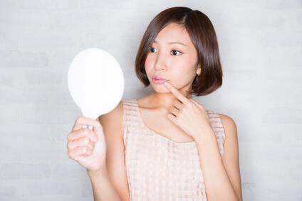角質肥厚が引き起こすお肌のトラブルに悩む女性