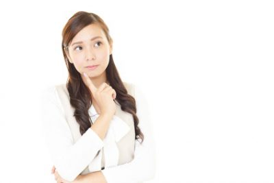 たるみ毛穴の原因を考える女性