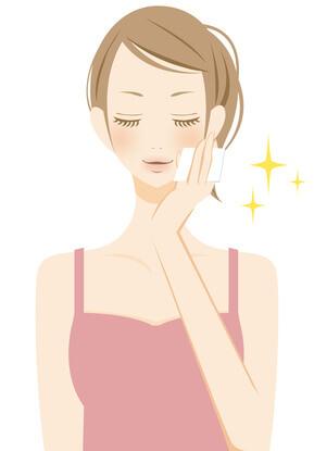 自分の肌にあった化粧水を使い、潤う女性