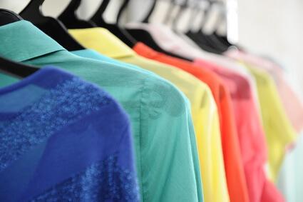 紫外線対策を意識した色の服装