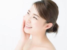 自分に合った成分のエイジングケア化粧水を使って、満足感が得られている女性