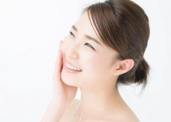 エラスチン化粧品を使用する女性
