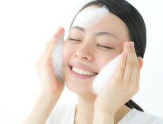 酵素洗顔を行う女性
