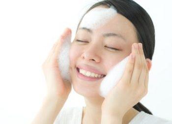 酵素洗顔パウダーで洗顔を始めた女性