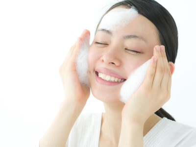 クレンジング・洗顔を行っている女性