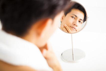 毛穴の悩みを考える男性
