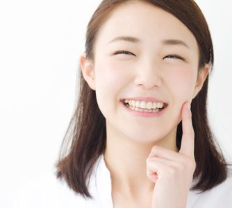 笑顔により表情筋が鍛えられほうれい線が目立たなくなった女性