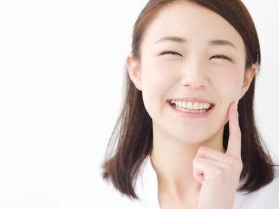 普段から口角をあげて下あごのしわを予防する女性