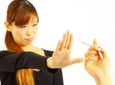 花粉症対策のため喫煙を避ける女性