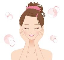 しわ対策の化粧水を使う女性