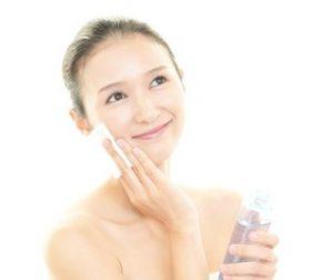 化粧水を使って保湿する女性