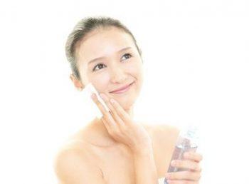 化粧水をおすすめする女性