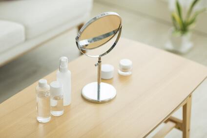 ドレッサーにあるエイジンゲケア化粧水、基礎化粧品は安全かを考える・界面活性剤について安全性も高く、配合量も少ない成分の化粧水を使う様子