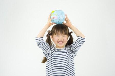 笑顔の少女の写真(アンチエイジングをイメージ)