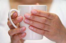 爪がきれいな女性の手