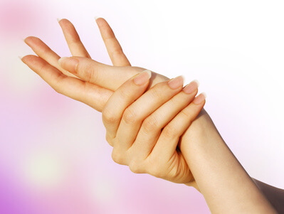 スマホによる指の肌荒れの予防を行う女性の手