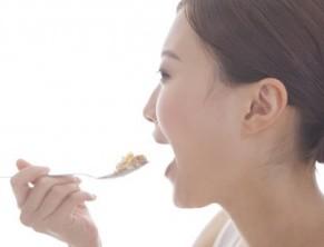 食べ物をしっかりと噛むことで表情筋対策する女性