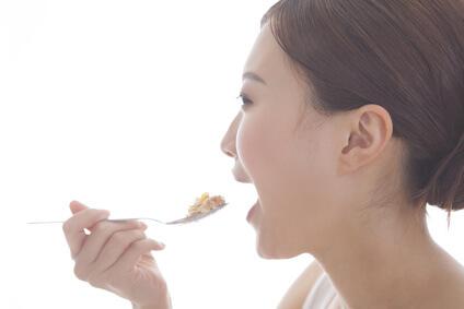 指荒れ改善のためにバランスのよい栄養素を含む食べ物を摂る女性