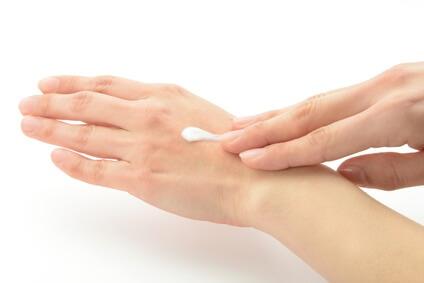 ハンドクリームを塗っている手肌
