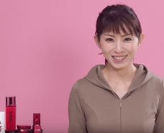 乾燥肌の改善方法を解説する女性