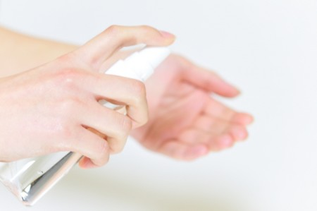 手に保湿化粧水をつける女性
