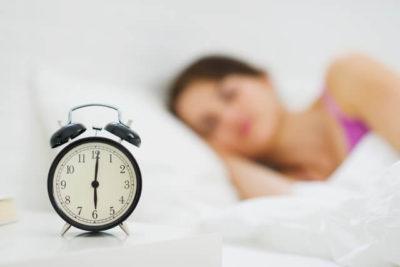 毛穴ケアのために良質な睡眠をとる女性