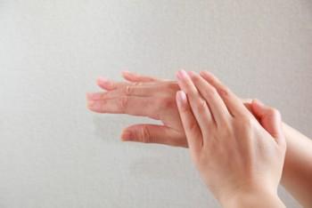 手荒れ・手湿疹に悩む女性