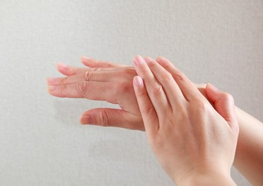 ほうれい線化粧水を手に取る女性