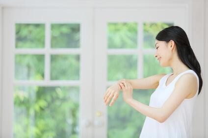 手肌の紫外線ケアをする女性