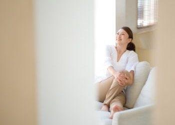エイジングケアにコラーゲンが必要か考える女性