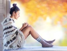 温かい衣服で温活をする女性
